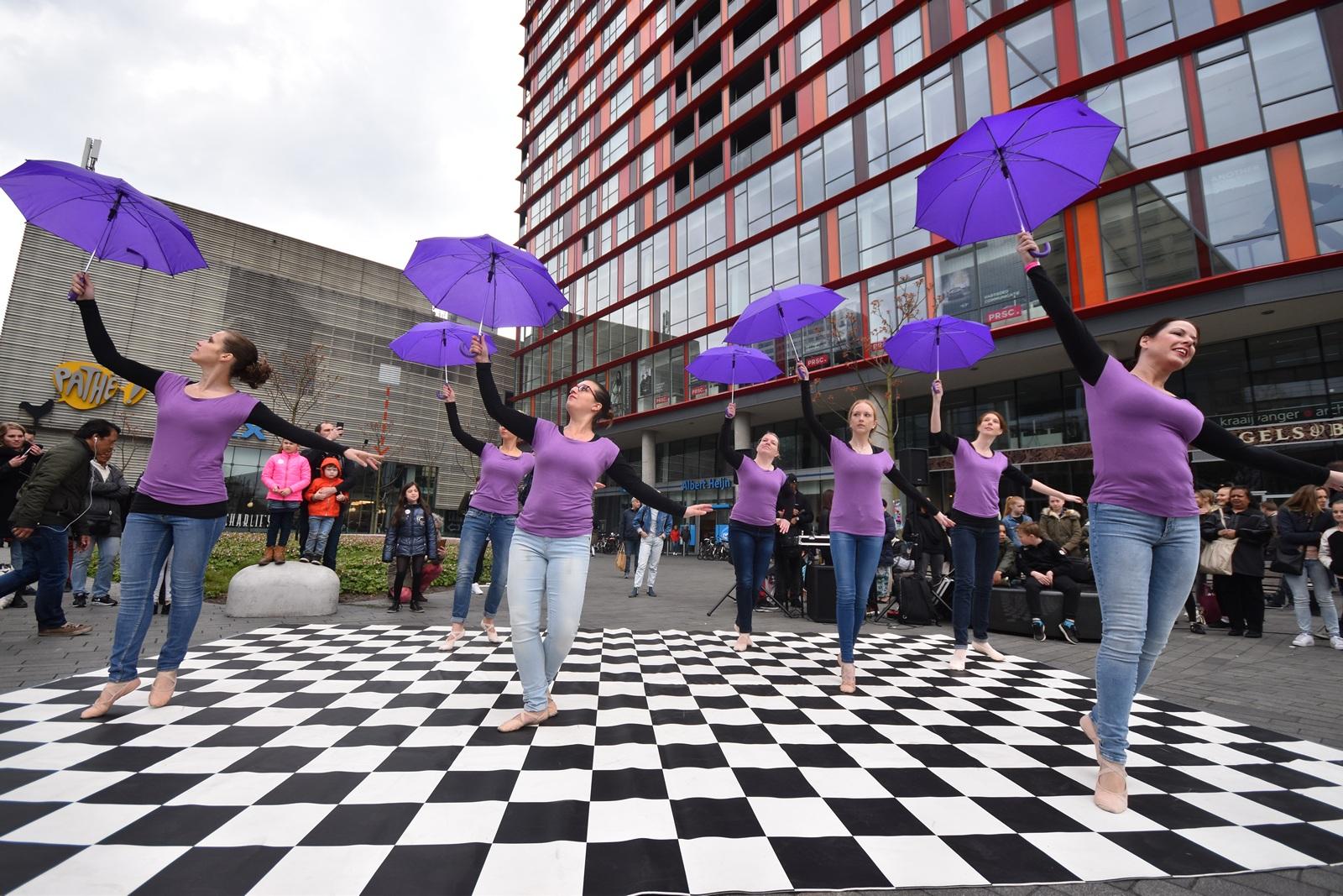 Compagnie Violetta in actie op het IDD festival ter viering van de Internationale Dans Dag.
